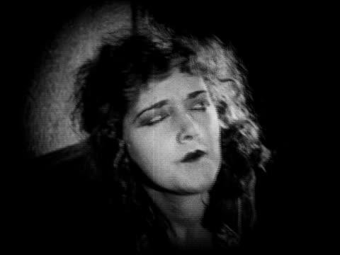 b/w 1920 close up woman (mildred davis) looking up surprised / feature - skådespelerska bildbanksvideor och videomaterial från bakom kulisserna