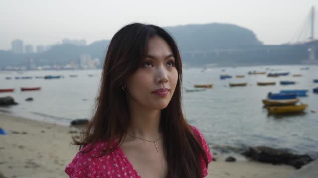 vidéos et rushes de close up, woman on beach at sunset - une seule femme d'âge moyen