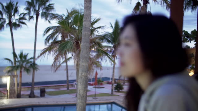 close up, woman sits in mexico resort - 背景に人点の映像素材/bロール