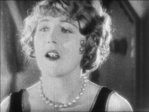 "vidéos et rushes de b/w 1925 close up woman (vilma banky) talking + saying ""i love you"" / feature - actrice"