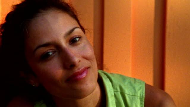 close up woman's face - endast en kvinna i 30 årsåldern bildbanksvideor och videomaterial från bakom kulisserna