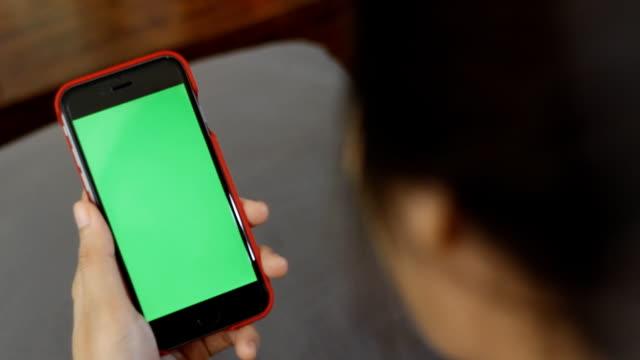 クローズアップ女性の保持ブランクタブレット pc 、緑色 - 空白の画面点の映像素材/bロール