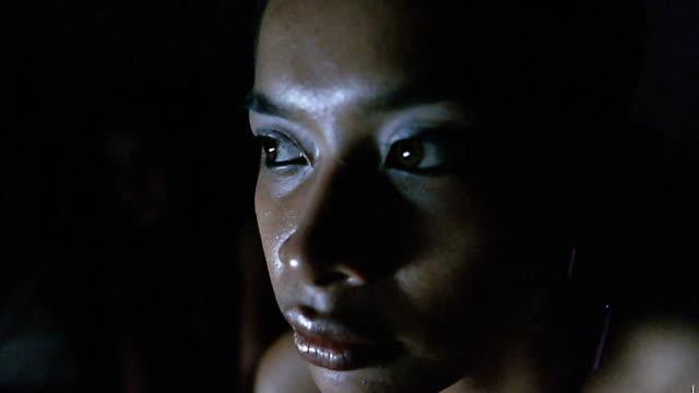 vídeos de stock e filmes b-roll de close up young asian woman looking around / indonesia - ansiedade