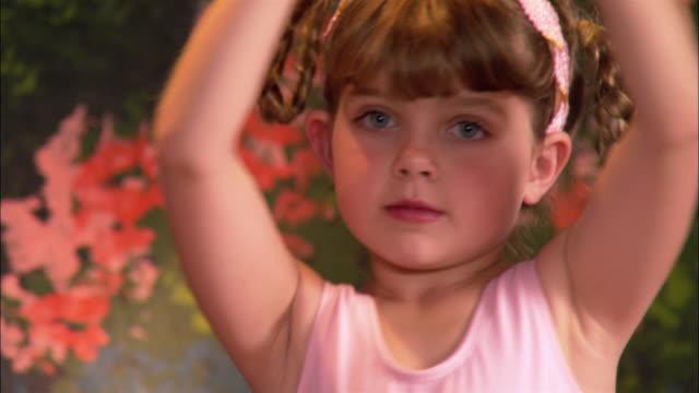 vídeos de stock e filmes b-roll de close up young ballerina dancing - body de ginástica