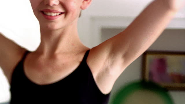 vídeos y material grabado en eventos de stock de close up young ballerina spinning and bowing with wand in her hand - malla de gimnasia