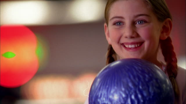 stockvideo's en b-roll-footage met close up young girl bowling - bowlen