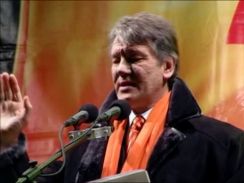 2004 close up yushchenko speaking at orange revolution rally / ukraine / audio - 2004 bildbanksvideor och videomaterial från bakom kulisserna