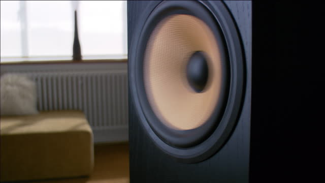 vidéos et rushes de close up zoom in speaker playing music - image de mouvement vibratoire