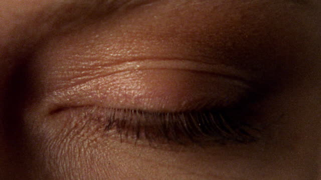 vídeos de stock, filmes e b-roll de close up zoom in woman's blue eye opening - primeiro plano
