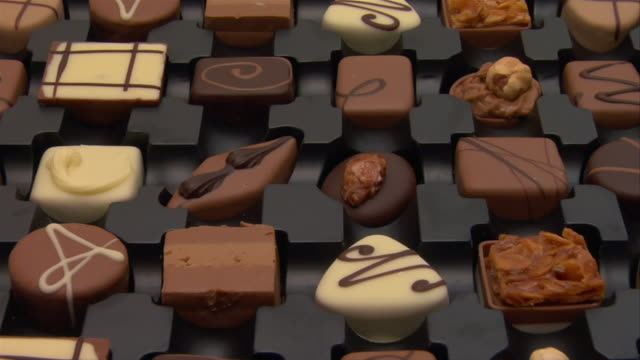 close up zoom out box of chocolates - variation点の映像素材/bロール