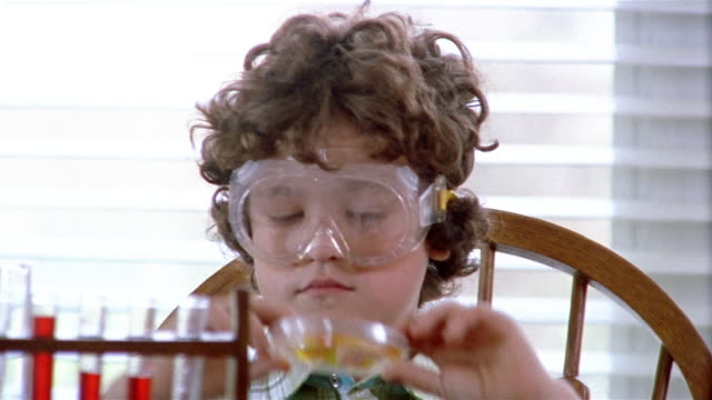 vídeos y material grabado en eventos de stock de close up zoom out boy looking at culture in petri dish in chemistry class - petri dish