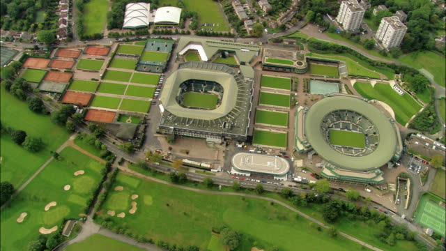 vídeos de stock, filmes e b-roll de close up zoom out lawn at all england lawn tennis and croquet club / zoom out overhead view of staduims and club / pan around surrounding area / wimbledon - 2005