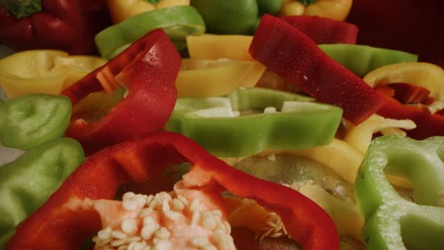 vídeos y material grabado en eventos de stock de close up zoom out of wet sliced bell peppers / cedar hills, utah, united states - pimientos