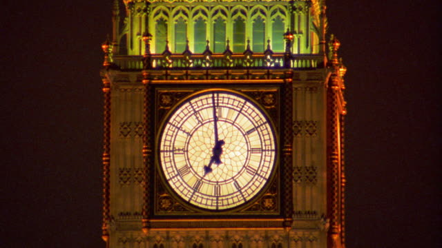 close up zoom out zoom in big ben, westminster bridge, and surrounding buildings at night / london - ビッグベン点の映像素材/bロール