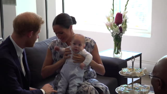 close ups of duke and duchess of sussex take baby son archie to meet archbishop desmond tutu and his daughter thandeka tutu-gxashe in cape town... - britisches königshaus stock-videos und b-roll-filmmaterial