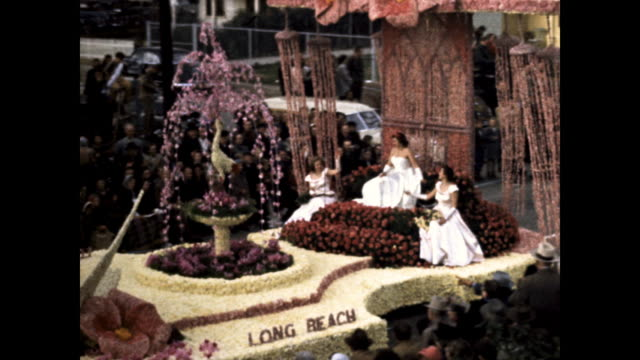 """stockvideo's en b-roll-footage met close ups of float made of flowers, the words """"freedom"""" in the middle; roses; """"long beach"""" float made of flowers, three doves in the front and three... - witte jurk"""