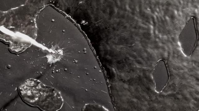 vídeos de stock, filmes e b-roll de close ups of mercury dropping below - mercúrio metal