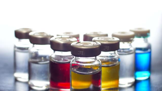 nahaufnahme:impfstoffflasche - phiole stock-videos und b-roll-filmmaterial