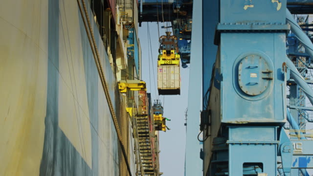 stockvideo's en b-roll-footage met close view intermodal loading in the port of tacoma - bouwmachines