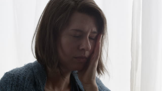 close view of distraught woman - プロボ点の映像素材/bロール