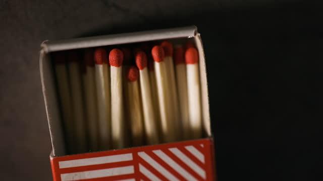 vídeos de stock e filmes b-roll de close view of matchbox half full of fresh matches on table - caixa de fósforos