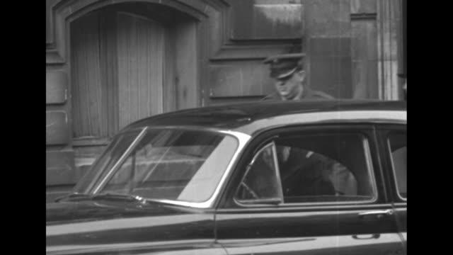 stockvideo's en b-roll-footage met close view of mourners walking past camera / two officers leaving home of french gen jean de lattre de tassigny / french officer walking up to door... - opgebaard liggen