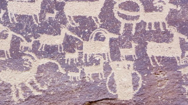vídeos de stock e filmes b-roll de close view of the great hunt panel in nine mile canyon - anasazi