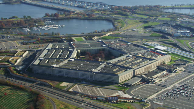 close view of the pentagon. shot in 2011. - ministero della difesa video stock e b–roll