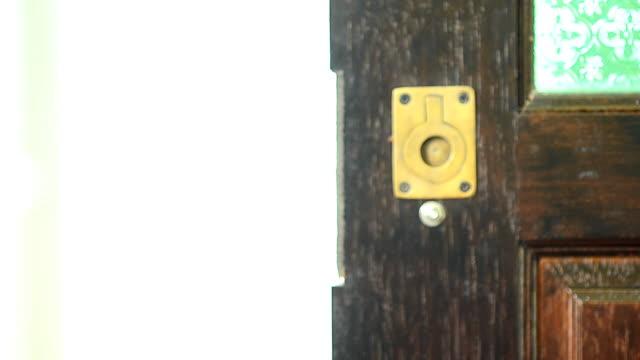 モダンな木製のドアの近くで手洗い - 機会点の映像素材/bロール