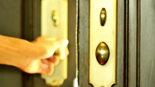 Primo in legno moderno porta con una mano