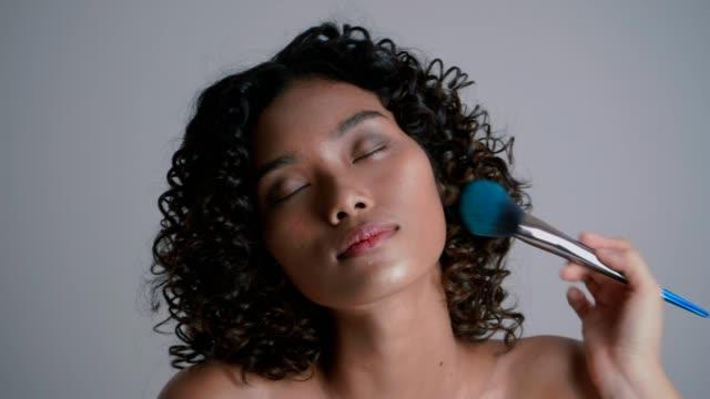 stockvideo's en b-roll-footage met eye close-schoonheid portret werken met make-up artist - 20 24 years