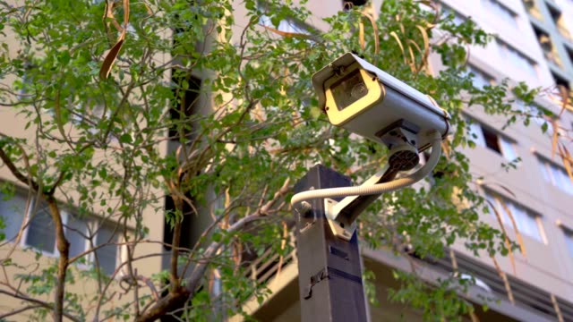 closed circuit camera with building. - fare la guardia video stock e b–roll