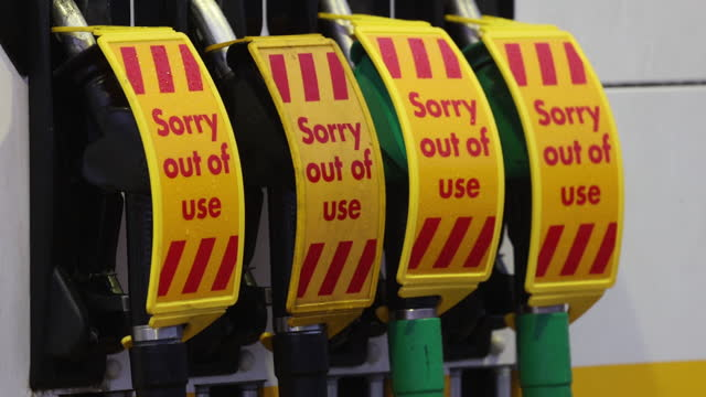 closed gas stations, queues at other stations as a shortage to tanker drivers causes panic buying at gas stations, in guildford, surrey, england,... - western script stock videos & royalty-free footage