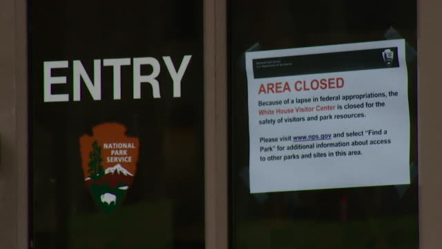 vídeos y material grabado en eventos de stock de closed notices on the government buildings and the national zoo due to the us government shutdown - edificio federal