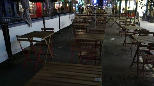 vídeos y material grabado en eventos de stock de closed off roads and quiet seating areas in soho at steadicam - uk nightlife struggle amid coronavirus pandemic on october 19, 2020 in london,... - stabilized shot