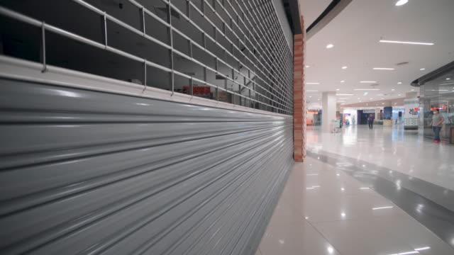 stockvideo's en b-roll-footage met gesloten winkel in winkelcentrum tijdens de covid-19 pandemie. het concept van zaken en mensen - dicht