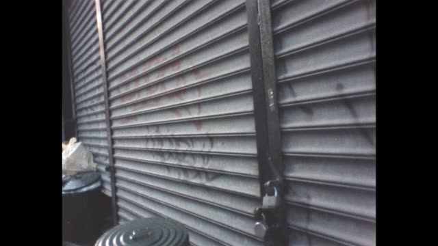 1986 nyc - closed storefront, rolling shutters down - persiana caratteristica architettonica video stock e b–roll