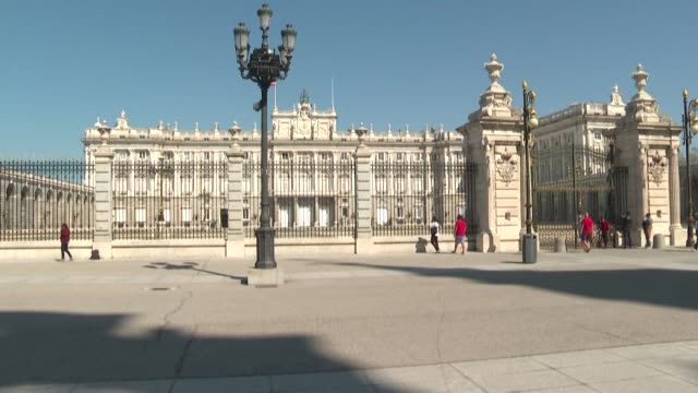 vídeos y material grabado en eventos de stock de closed terraces and bars deserted squares and streets shuttered shops: like many other european cities madrid has become a ghost town because of the... - lugar de comercio