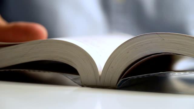 彼の投資の本の学習を読むビジネスマンで引けた - 読む点の映像素材/bロール