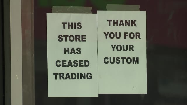 closed-down and 'to let' shops in worthing; england: sussex: worthing: ext gvs of closed-down shops on high street - some with 'to let' signs/ gvs... - worthing点の映像素材/bロール