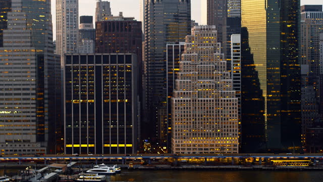vídeos y material grabado en eventos de stock de vista aérea a poca distancia de south street seaport, fdr drive y edificios de oficinas del bajo manhattan, nueva york. vídeo de drones con el movimiento de la cámara panorámica. - manhattan