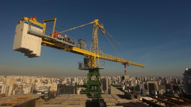 vídeos de stock, filmes e b-roll de a closer view of crane, construction site on sao paulo, brazil - setor de construção
