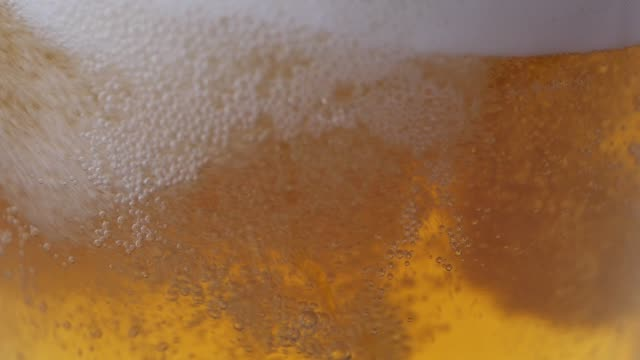 nahaufnahme ein becher bier - pint stock-videos und b-roll-filmmaterial
