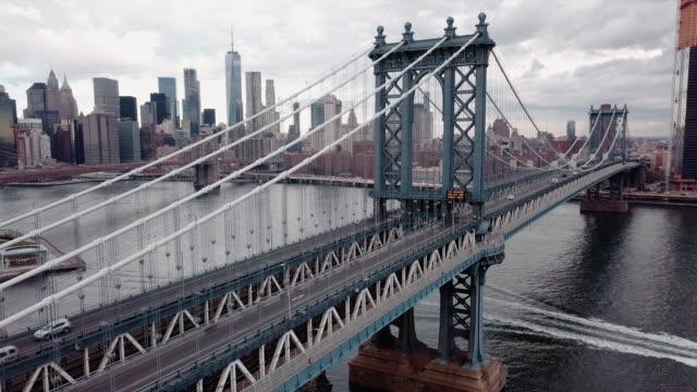 closeup aerial shot of new york city's manhattan bridge on a cloudy autumn morning. - 橋点の映像素材/bロール