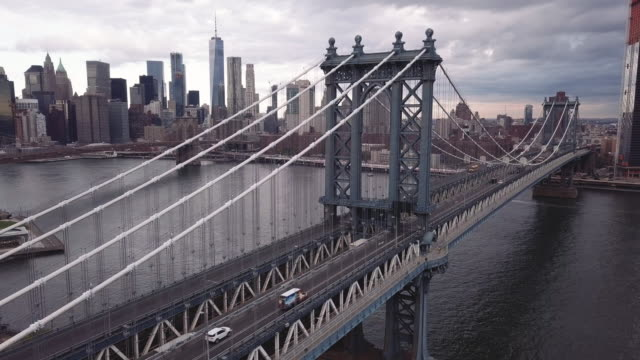 vídeos de stock, filmes e b-roll de closeup aerial shot of new york city's manhattan bridge on a cloudy autumn morning. - manhattan bridge