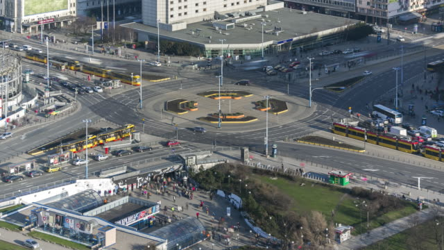 vídeos de stock e filmes b-roll de close-up aerial timelapse of heavy intersection during rush hour in warsaw, poland. april, 2017. - varsóvia