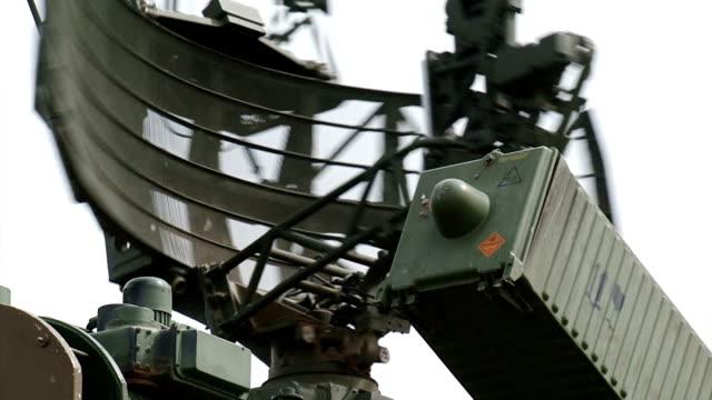 vídeos y material grabado en eventos de stock de primer plano - sistema de defensa antiaérea - campamento de instrucción militar