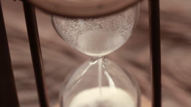 vídeos de stock e filmes b-roll de close-up antique hourglass - ir a passar