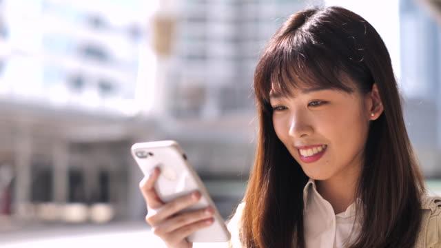 vídeos de stock, filmes e b-roll de close-up asian businesswoman usando telefone inteligente - asiático