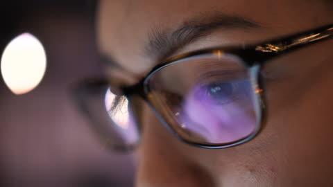 stockvideo's en b-roll-footage met close-up aziatische vrouw oog op zoek op computer monitor - bril brillen en lenzen